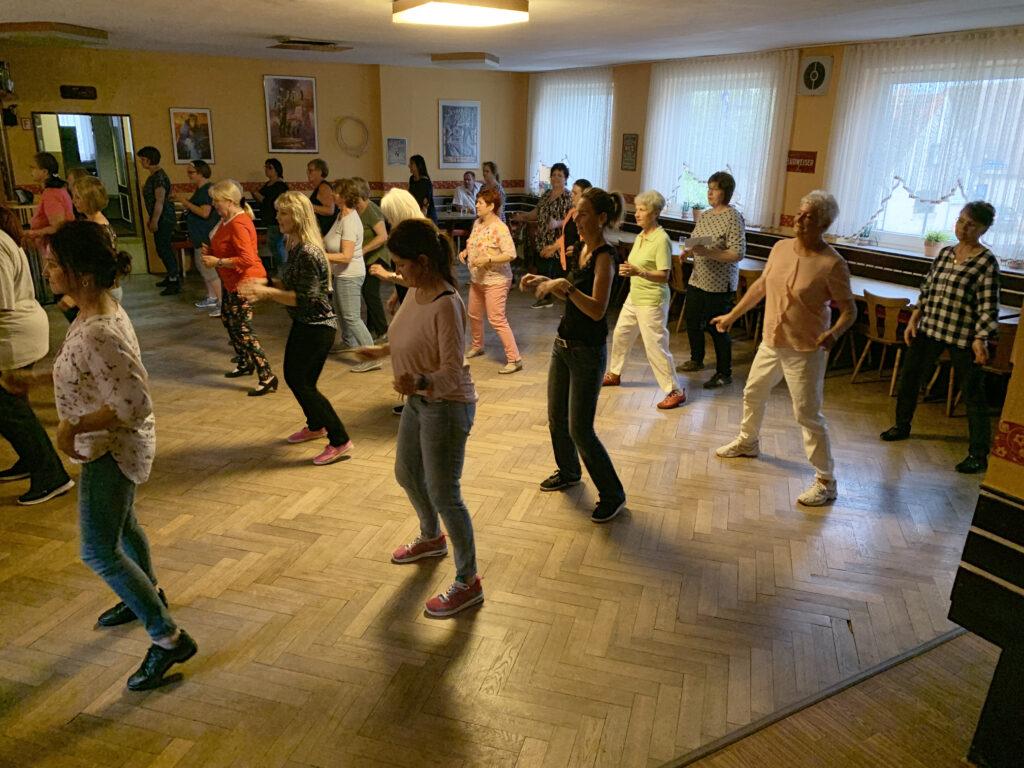 uebungsabend_privat-aus-vhs-gruppen_modern-line-dance_obermichelbach